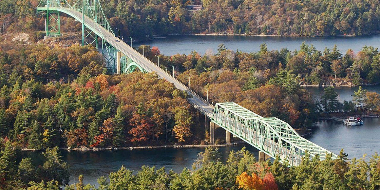 https://active-voyages.fr/wp-content/uploads/2019/04/Pont-des-Mille-Îles-traversant-le-fleuve-Saint-Laurent.-Ce-pont-relie-lÉtat-de-New-York-aux-États-Unis-et-lOntario-au-Canada-près-des-Mille-Îles_Voyage_sur_mesure_voyage_en_famille_acti.-1280x640.jpg
