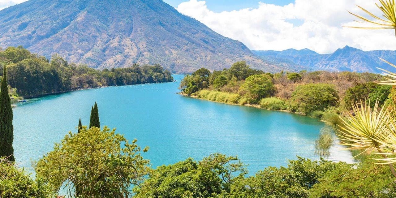 https://active-voyages.fr/wp-content/uploads/2019/05/Belle-baie-du-lac-Atitlan-avec-vue-sur-le-volcan-San-Pedro-dans-les-hautes-terres-du-Guatemala-en-Amérique-centrale_Voyage_sur_mesure_voyage_en_famille_active_voyages_Montpellier-1280x640.jpg