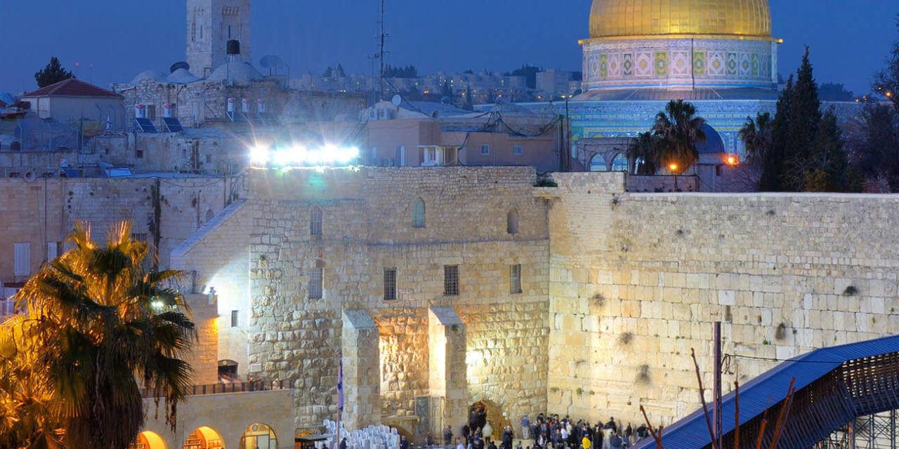 https://active-voyages.fr/wp-content/uploads/2019/05/Le-Mur-occidental-aussi-connu-au-Mur-des-Lamentations-est-le-vestige-de-lancienne-muraille-qui-entourait-la-cour-du-Temple-juif-à-Jérusalem-Israël.-Dôme-du-Rocher_Mont-du-Temple_Voyage_cousu_main-1280x640.jpg