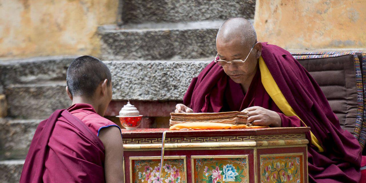 https://active-voyages.fr/wp-content/uploads/2019/05/Moine-bouddhiste-à-réciter-les-enseignements-de-Bouddha-à-son-élève-dans-le-monastère-de-Sera-à-Lhassa-au-Tibet-en-Chine_Voyage_sur_mesure_voyage_en_famille_active_voyages_Montpellier-1280x640.jpg