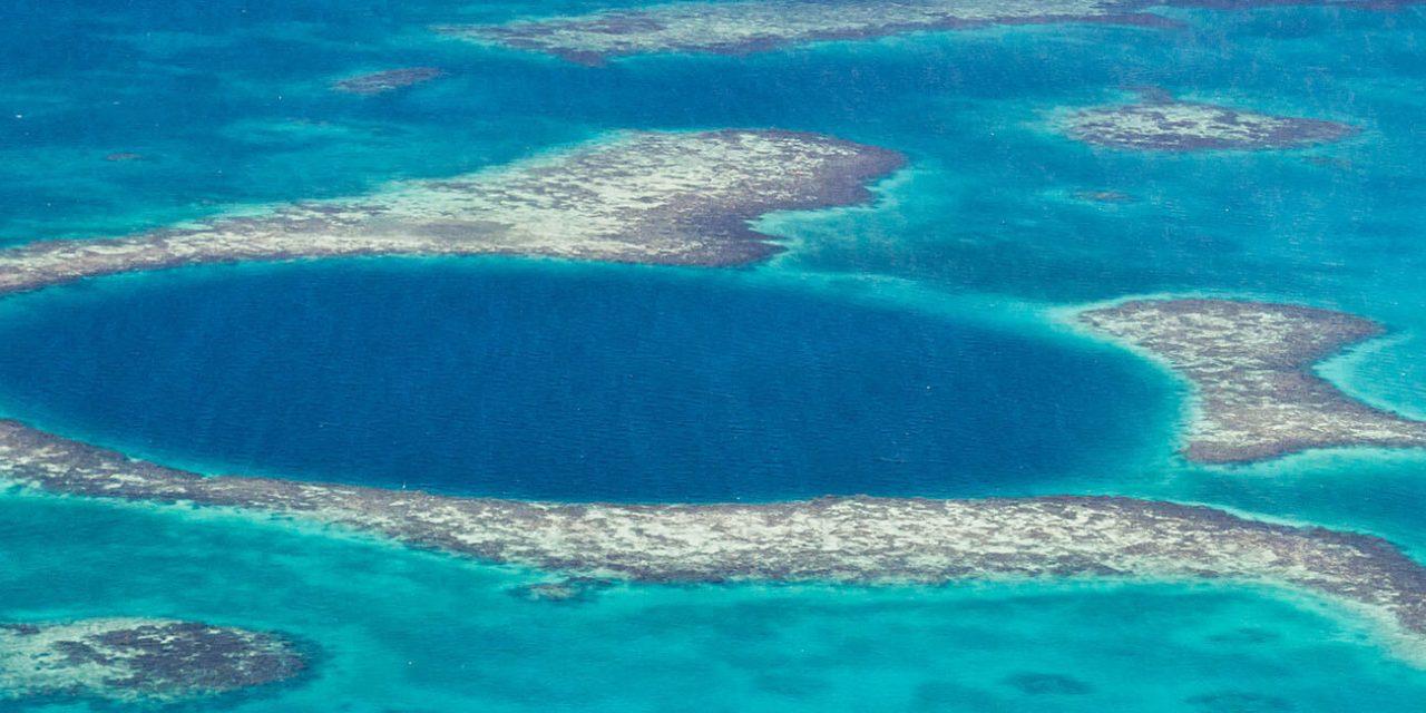 https://active-voyages.fr/wp-content/uploads/2019/05/Vue-aérienne-de-la-grand-trou-bleu-de-la-côte-du-Belize_Voyage_sur_mesure_voyage_en_famille_active_voyages_Montpellier-1280x640.jpg