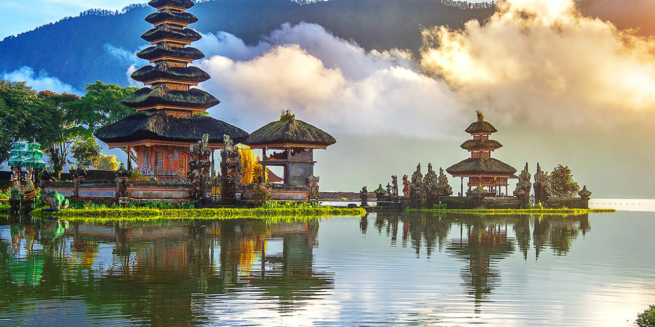 https://active-voyages.fr/wp-content/uploads/2019/11/Pure-ulun-danu-bratan-temple-à-Bali-en-Indonésie.-1280x640.jpg