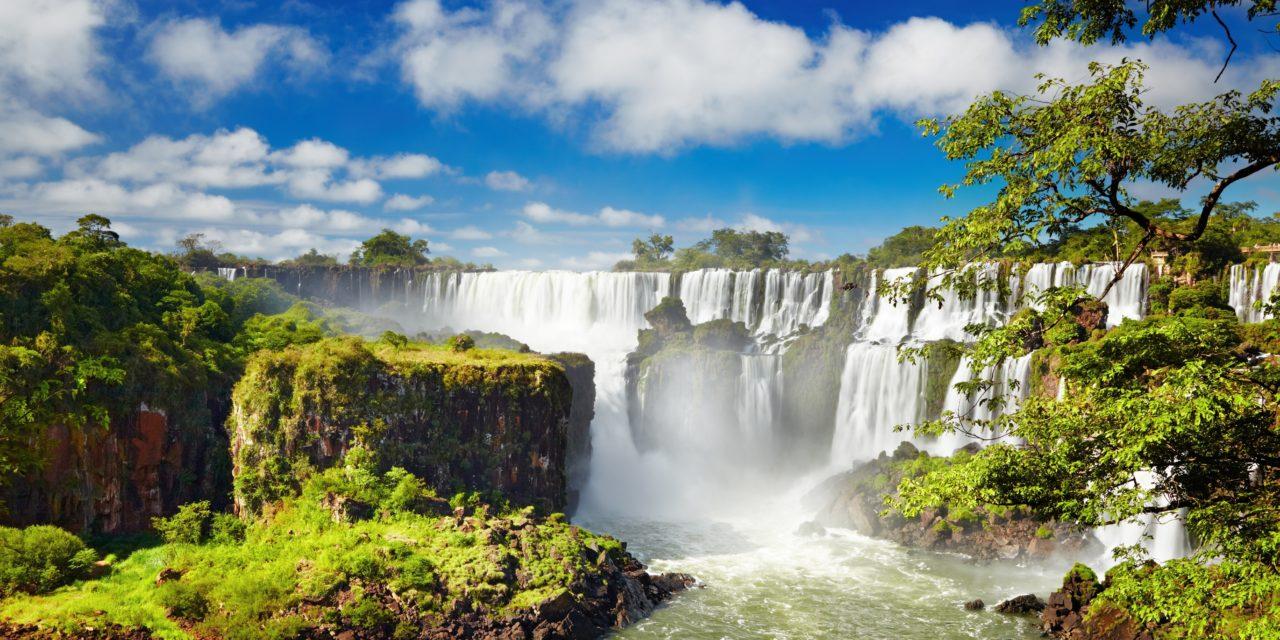 https://active-voyages.fr/wp-content/uploads/2019/12/Chutes-dIguaçu-la-plus-grande-série-de-chutes-deau-du-monde-situé-à-la-frontière-brésilienne-et-argentine-Vue-de-côté-argentin-1280x640.jpg