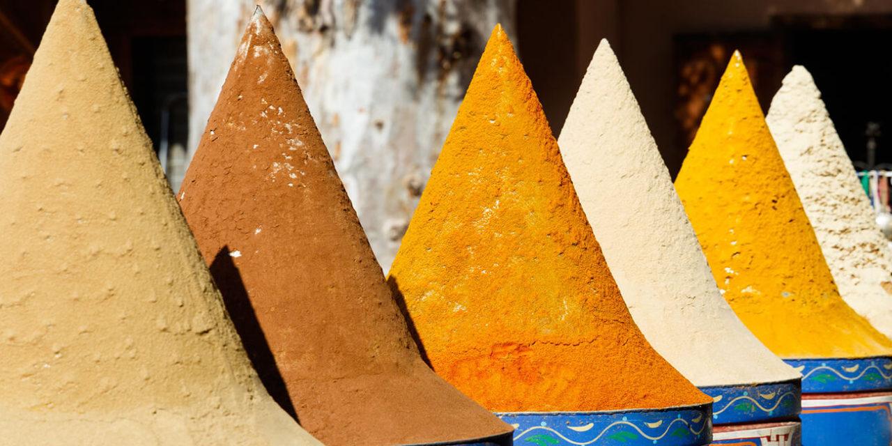https://active-voyages.fr/wp-content/uploads/2020/01/Sélection-dépices-sur-un-marché-marocain-traditionnel-souk-à-Marrakech-Maroc-1280x640.jpg