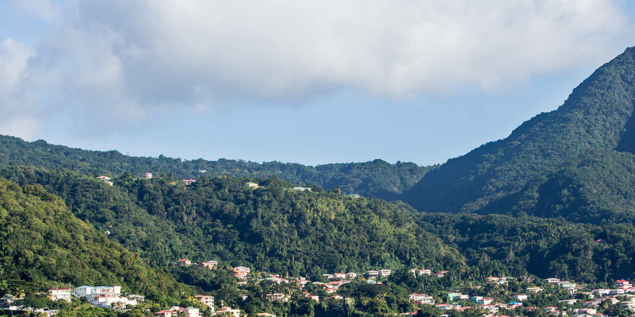 https://active-voyages.fr/wp-content/uploads/2020/02/Blue-Water-et-Green-Hills-de-lile-de-la-Dominique-dans-les-Caraïbes-1280x640.jpg