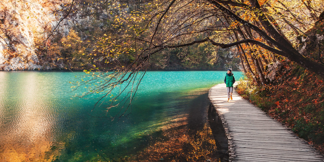 https://active-voyages.fr/wp-content/uploads/2020/02/Boy-walks-on-wooden-bridge-over-the-mountain-lake-in-Croatia-1280x640.jpg