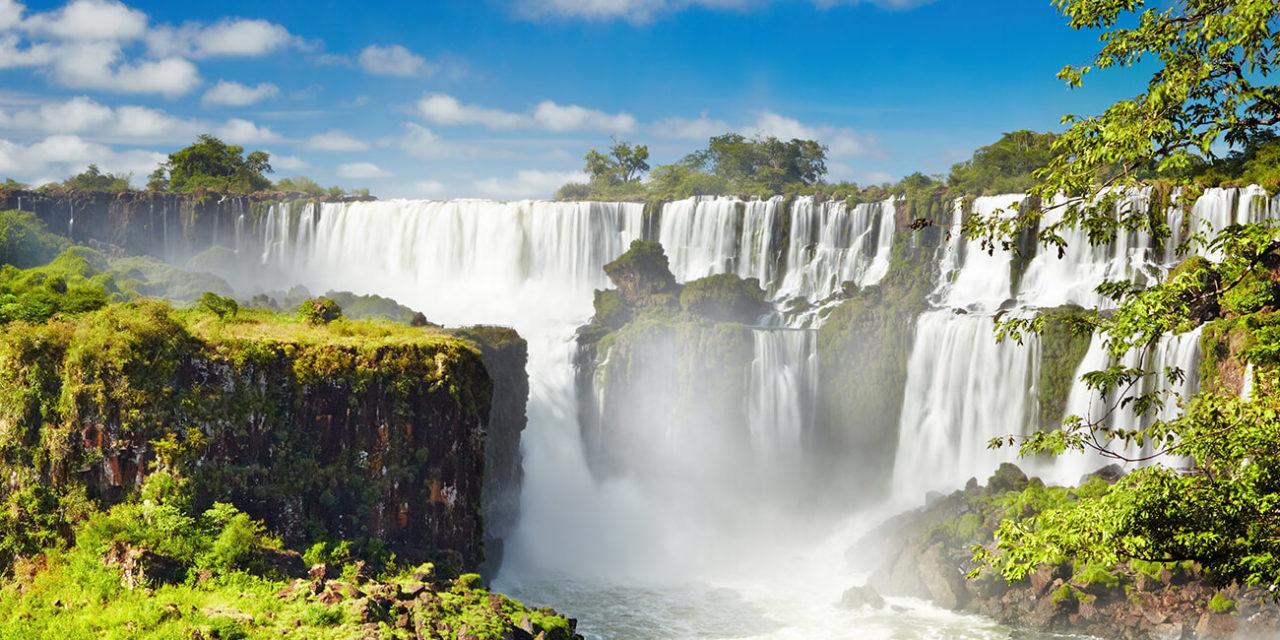 https://active-voyages.fr/wp-content/uploads/2020/02/Chutes-dIguaçu-la-plus-grande-série-de-chutes-deau-du-monde-situé-à-la-frontière-brésilienne-et-argentine-Vue-de-côté-argentin-brésil-1280x640.jpg