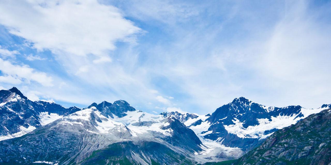 https://active-voyages.fr/wp-content/uploads/2020/02/Glacier-Bay-dans-les-montagnes-en-Alaska-États-Unis-1280x640.jpg