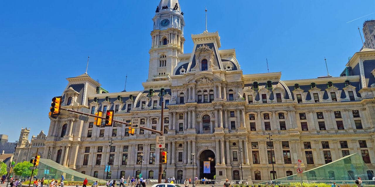 https://active-voyages.fr/wp-content/uploads/2020/02/Philadelphie-États-Unis-Hôtel-de-ville-de-Philadelphie-avec-le-monument-William-Penn-au-sommet-de-la-tour.-Vue-de-la-rue.-Les-touristes-dans-la-rue.-1280x640.jpg