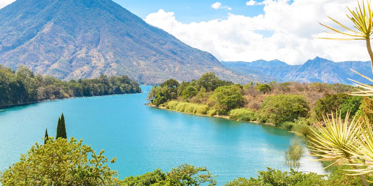 https://active-voyages.fr/wp-content/uploads/2020/03/Belle-baie-du-lac-Atitlan-avec-vue-sur-le-volcan-San-Pedro-dans-les-hautes-terres-du-Guatemala-en-Amérique-centrale-1280x640.jpg