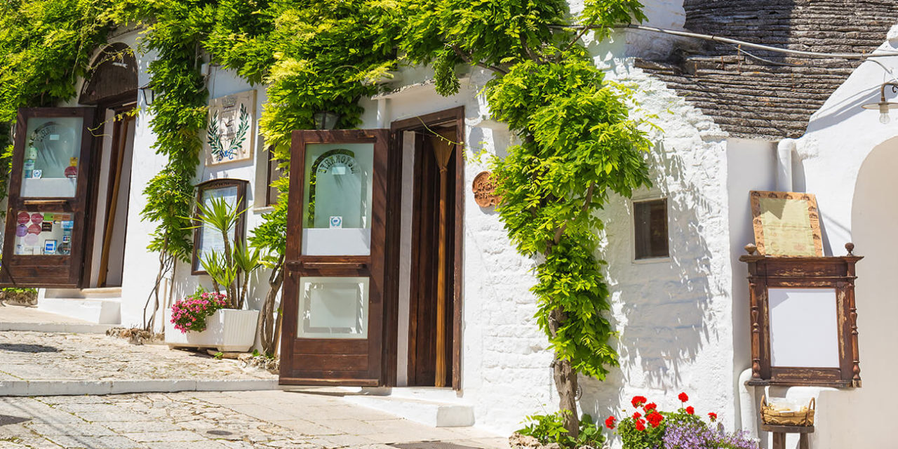 https://active-voyages.fr/wp-content/uploads/2020/03/Belle-ville-dAlberobello-avec-des-maisons-trulli-parmi-les-plantes-vertes-et-les-fleurs-le-principal-quartier-touristique-région-des-Pouilles-Italie-du-Sud-1280x640.jpg