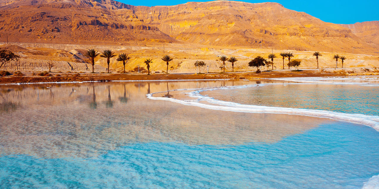 https://active-voyages.fr/wp-content/uploads/2020/03/Bord-de-mer-de-la-mer-morte-avec-des-palmiers-et-des-montagnes-en-arrière-plan-jordanie-1280x640.jpg