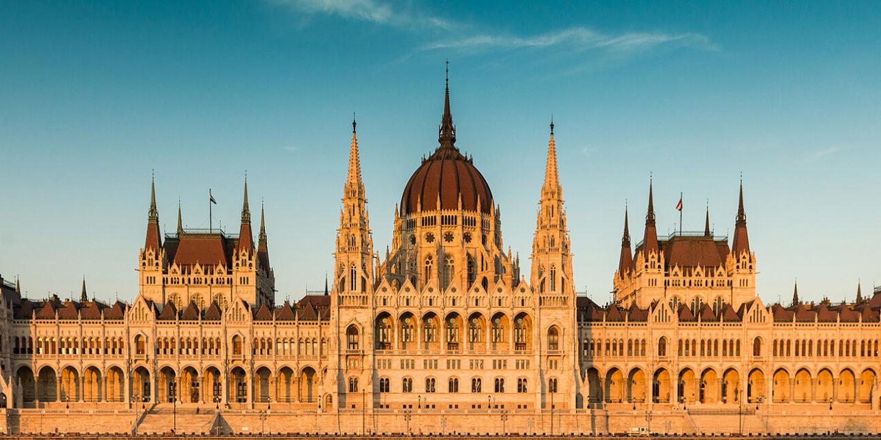 https://active-voyages.fr/wp-content/uploads/2020/03/Budapest-Parlement-au-coucher-du-soleil.-Vue-de-devant-hongrie-1280x640.jpg