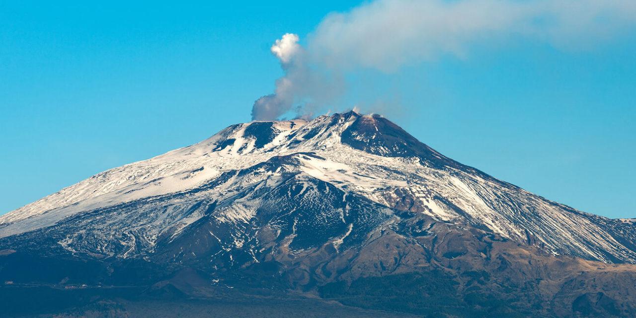 https://active-voyages.fr/wp-content/uploads/2020/03/Le-volcan-Etna-avec-de-la-fumée-et-des-cratères-Silvestri-dans-la-ville-de-Catane-île-de-Sicile-Italie-Sicile-1280x640.jpg