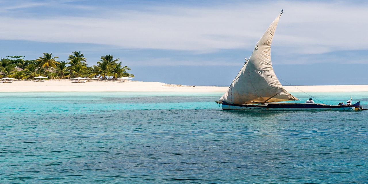 https://active-voyages.fr/wp-content/uploads/2020/03/Nosy-Iranja-MADAGASCAR-AVRIL-5-Bateau-de-pêche-en-passant-par-la-plage-de-Nosy-Iranja-près-de-Nosy-Be-au-nord-de-Madagascar-le-5-avr-2008.-1280x640.jpg