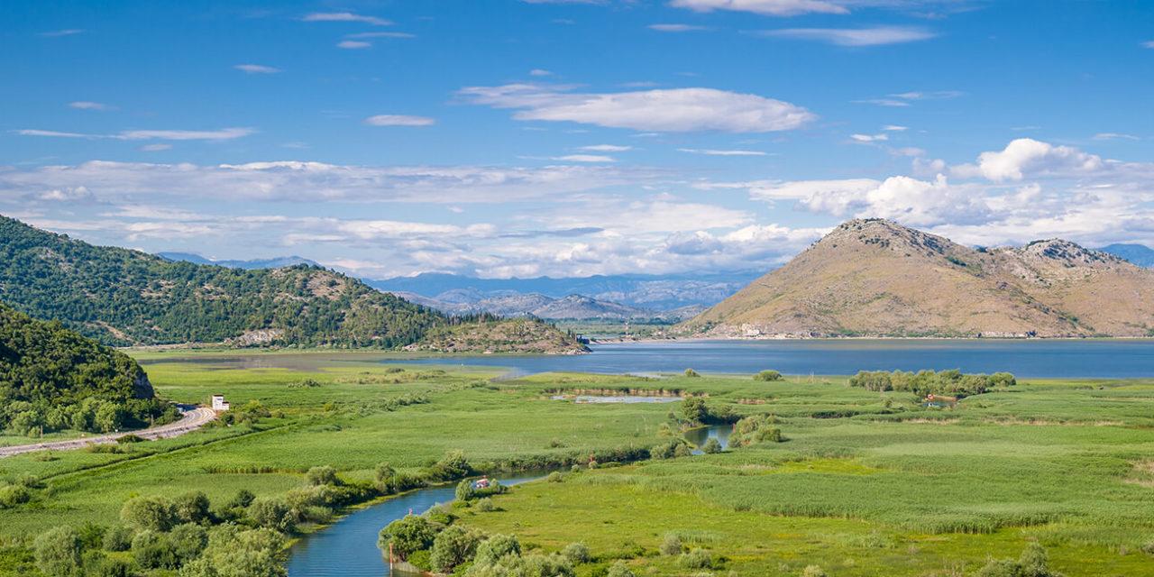 https://active-voyages.fr/wp-content/uploads/2020/03/Parc-national-Skadar-lac-et-vue-sur-la-rivière-Orahovstica-de-Besac-forteresse-dans-le-village-de-Virpazar.-Monténégro.-1280x640.jpg