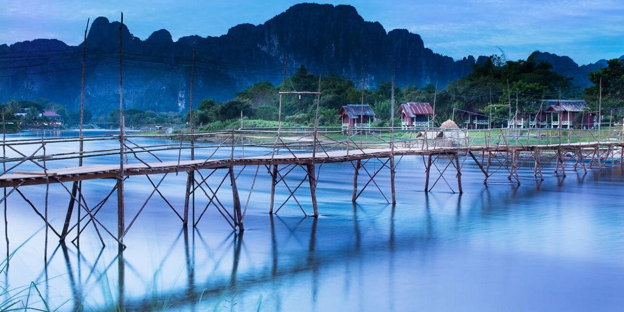 https://active-voyages.fr/wp-content/uploads/2020/03/Pont-de-pays-à-travers-la-rivière-Nam-Song-Vang-Vieng-Laos-Vang-Vieng-laos-1280x640.jpg