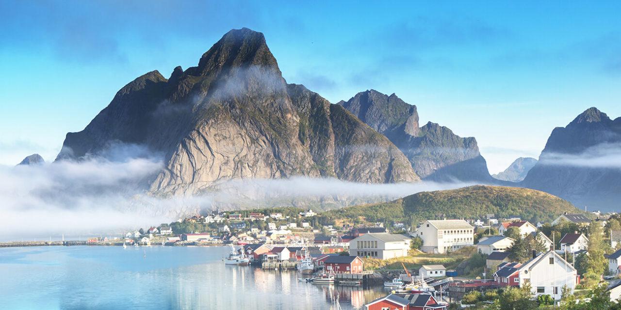 https://active-voyages.fr/wp-content/uploads/2020/03/Reine-Village-Iles-Lofoten-en-Norvège-1280x640.jpg