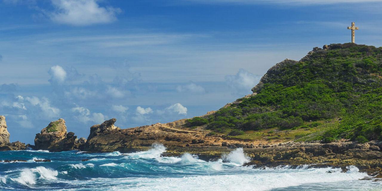 https://active-voyages.fr/wp-content/uploads/2020/03/Roches-et-collines-de-la-Pointe-des-Châteaux-le-point-le-plus-oriental-de-lîle-française-de-Guadeloupe-dans-les-Caraïbes-gUATEMALA-1280x640.jpg