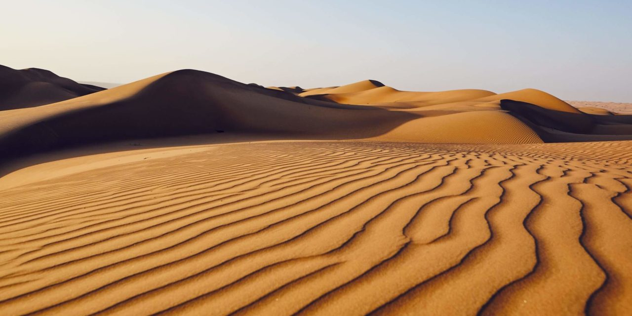 https://active-voyages.fr/wp-content/uploads/2020/03/Sand-dunes-in-desert-landscape.-Wahiba-Sands-Sultanate-of-Oman.-1280x640.jpg