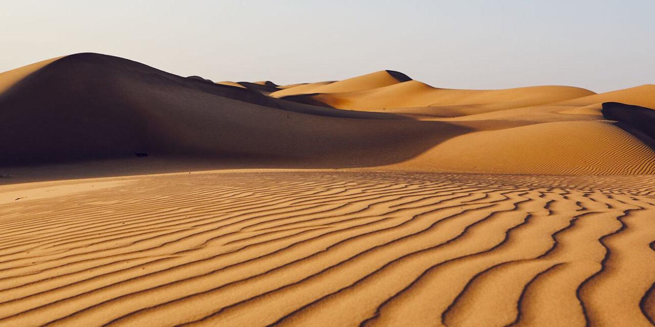 https://active-voyages.fr/wp-content/uploads/2020/03/Sand-dunes-in-desert-landscape.-Wahiba-Sands-Sultanate-of-Oman.-moyen-orient-1280x640.jpg