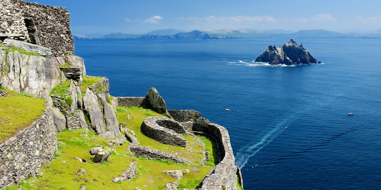 https://active-voyages.fr/wp-content/uploads/2020/03/Skellig-Michael-or-Great-Skellig-home-to-the-ruined-remains-of-a-Christian-monastery.-Inhabited-by-variety-of-seabirds-including-gannets-and-puffins.-irlande-1280x640.jpg
