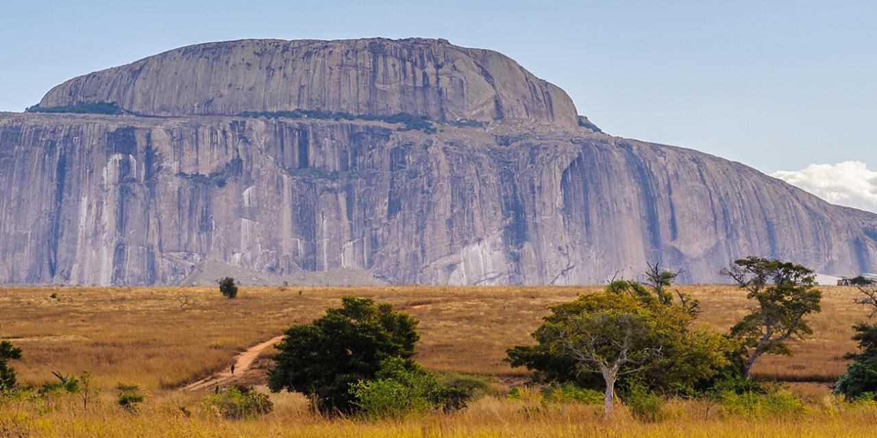https://active-voyages.fr/wp-content/uploads/2020/03/Trois-girafes-sur-larrière-plan-du-Kilimandjaro-au-Kenya-en-Afrique-1280x640.jpg
