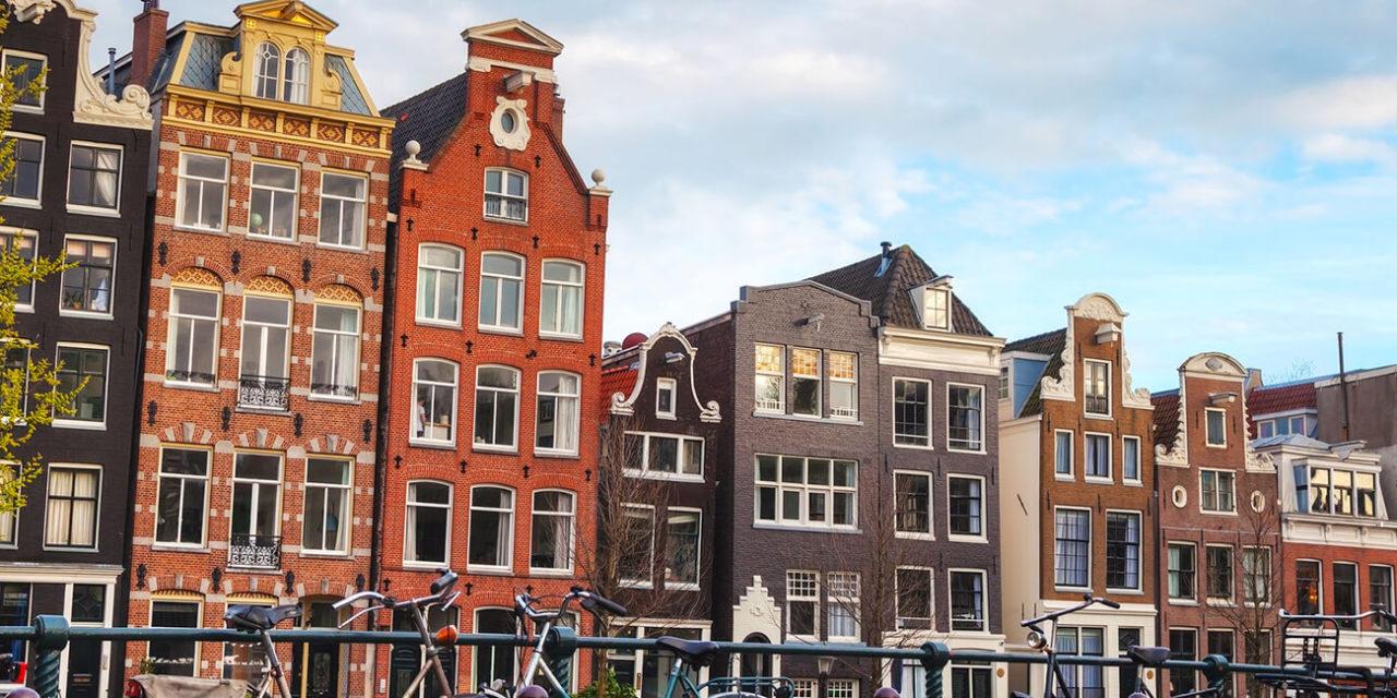 https://active-voyages.fr/wp-content/uploads/2020/03/Vélos-garés-sur-un-pont-à-Amsterdam-aux-Pays-Bas-1280x640.jpg