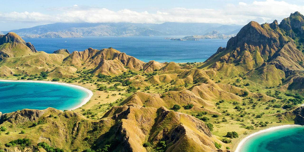 https://active-voyages.fr/wp-content/uploads/2020/03/Vue-aérienne-de-lîle-Pulau-Padar-entre-les-îles-Komodo-et-Rinca-près-de-Labuan-Bajo-en-Indonésie.-1280x640.jpg