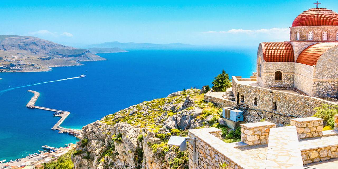 https://active-voyages.fr/wp-content/uploads/2020/03/Vue-imprenable-sur-léglise-à-distance-avec-un-toit-rouge-sur-la-falaise-de-la-mer-la-Grèce-1280x640.jpg