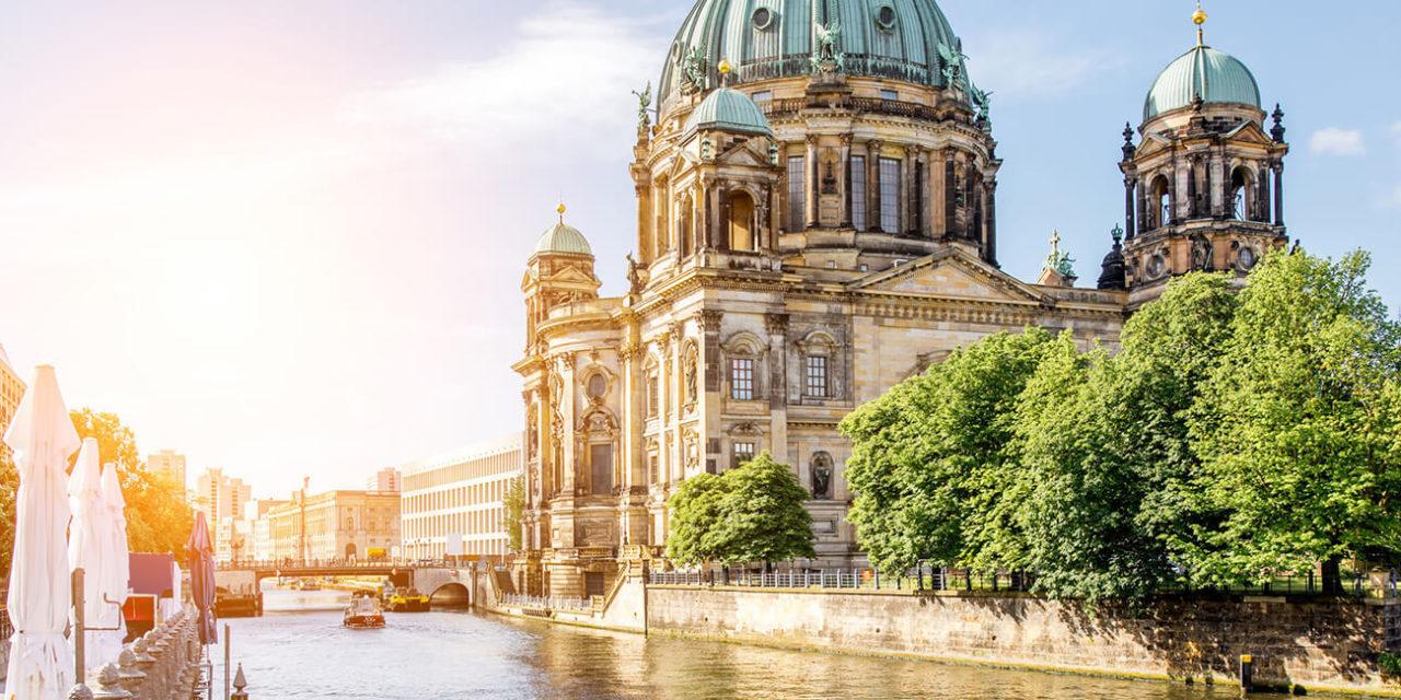 https://active-voyages.fr/wp-content/uploads/2020/03/Vue-lever-du-soleil-sur-le-fleuve-avec-la-cathédrale-dom-dans-la-vieille-ville-de-berlin-allemagne-1280x640.jpg
