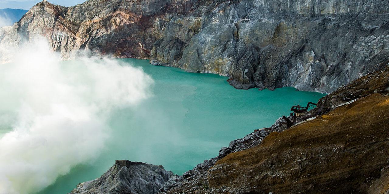 https://active-voyages.fr/wp-content/uploads/2020/03/ue-du-cratère-dIjen-fumée-de-soufre-à-Kawah-Ijen-Vocalno-en-Indénésie-1280x640.jpg